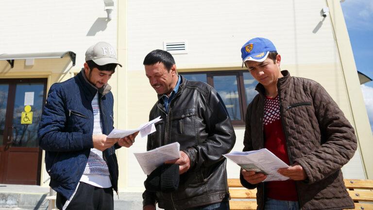 Как таджикские мигранты должны легализоваться в России?