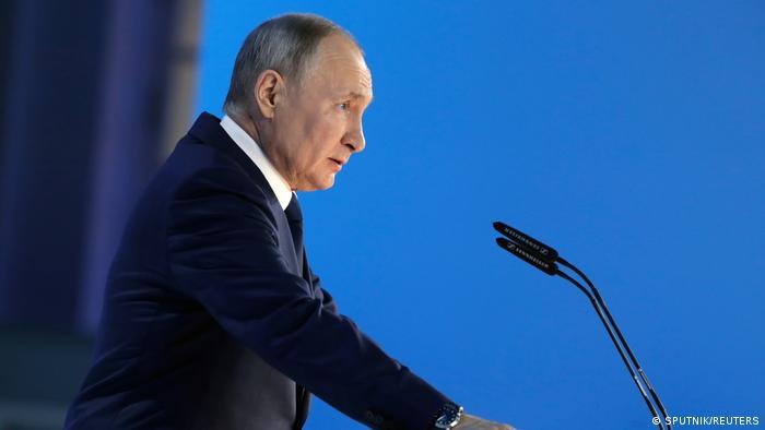 Владимир Путин поручил организовать платную вакцинацию иностранцев в России