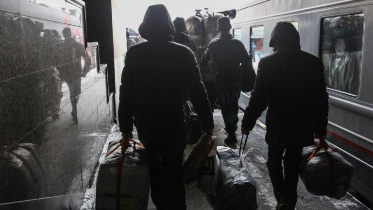 Россия запускает чартерные поезда для мигрантов
